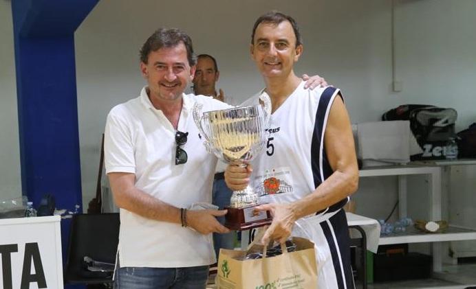 La premiazione della seconda classificata la squadra di Santa Maria CV.